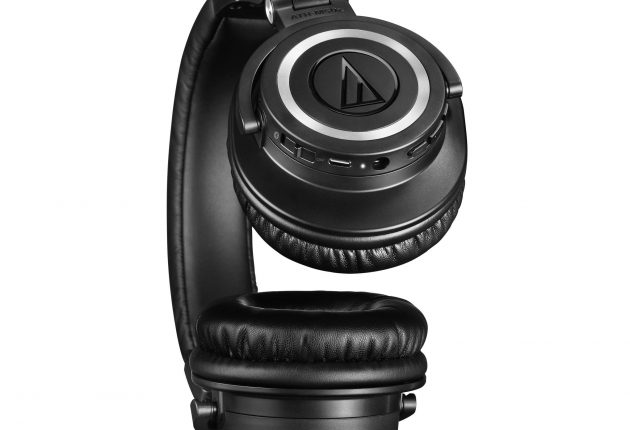 Kontrollpanelen sitter på vänstra öronkåpan. Foto: Audio-Technica