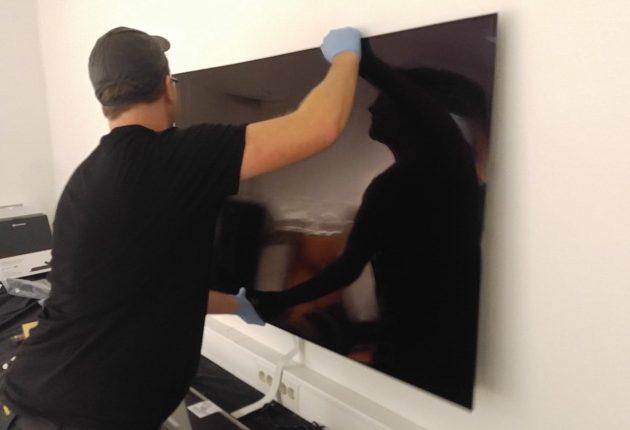 Rätt på väggen: LG OLED W8 monteras med hjälp av en metallplatta som sätts fast på väggen innan själva OLED-panelen hakas upp. (Foto: Audun Hage)