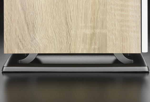 Oberon 7 står på en styv metallbas som ska koppla bort den från underlaget. Foto: DALI