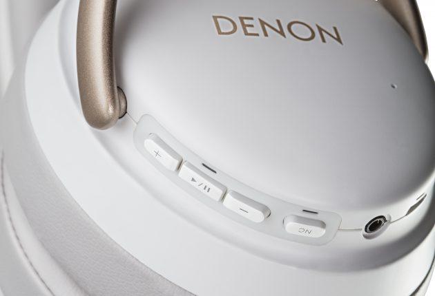 Många hörlurar styrs med fingergester men Denon håller fast vid knappar till de flesta funktionerna. Foto: Denon