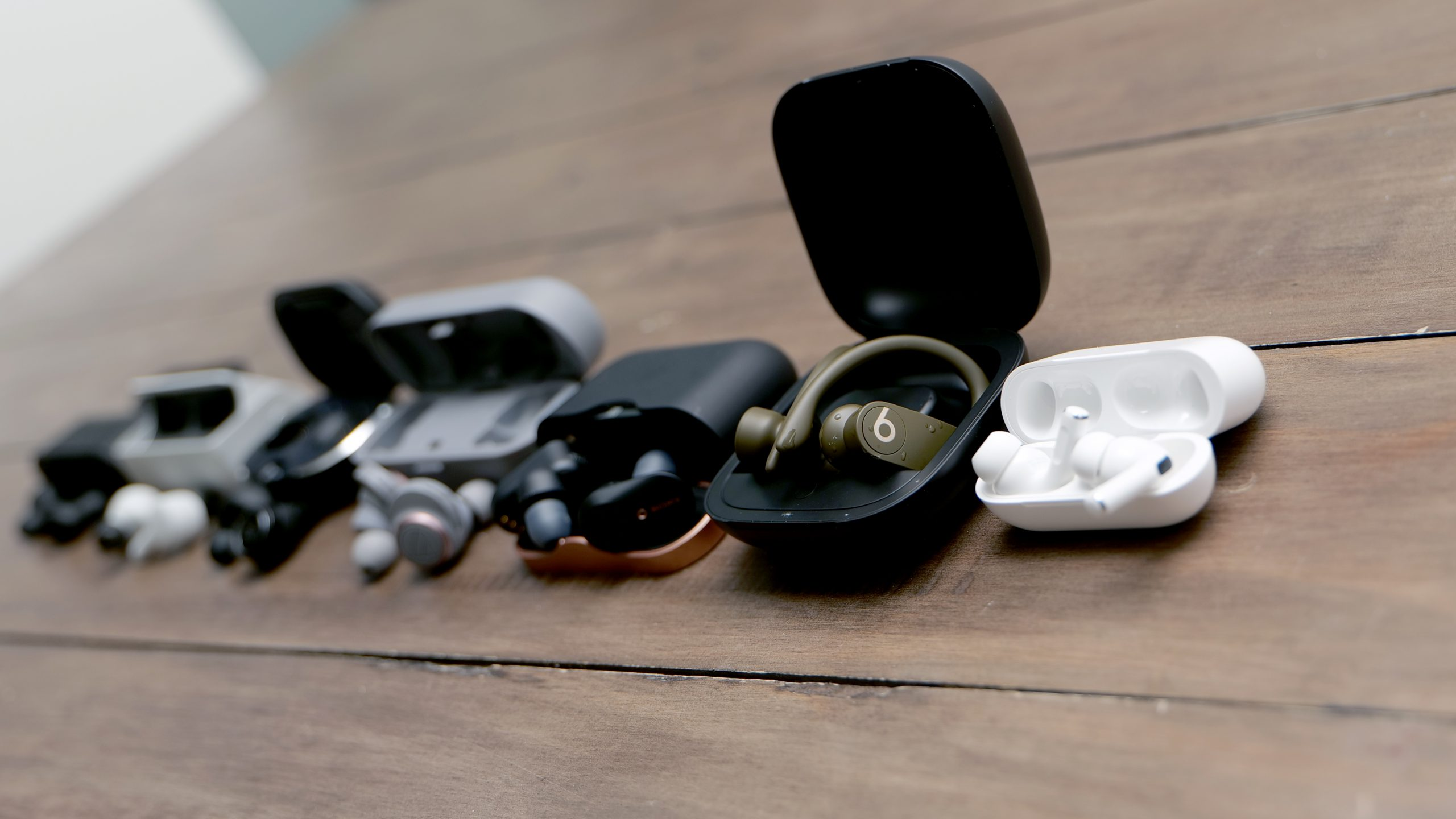 Från höger till vänster: Apple AirPods Pro, Beats Powerbeats Pro, Sony WF-1000XM3, Audio-Technica ATH-CKR7TW, B&O Beoplay E8 2.0, RHA TrueConnect och Supra Nero-TX.