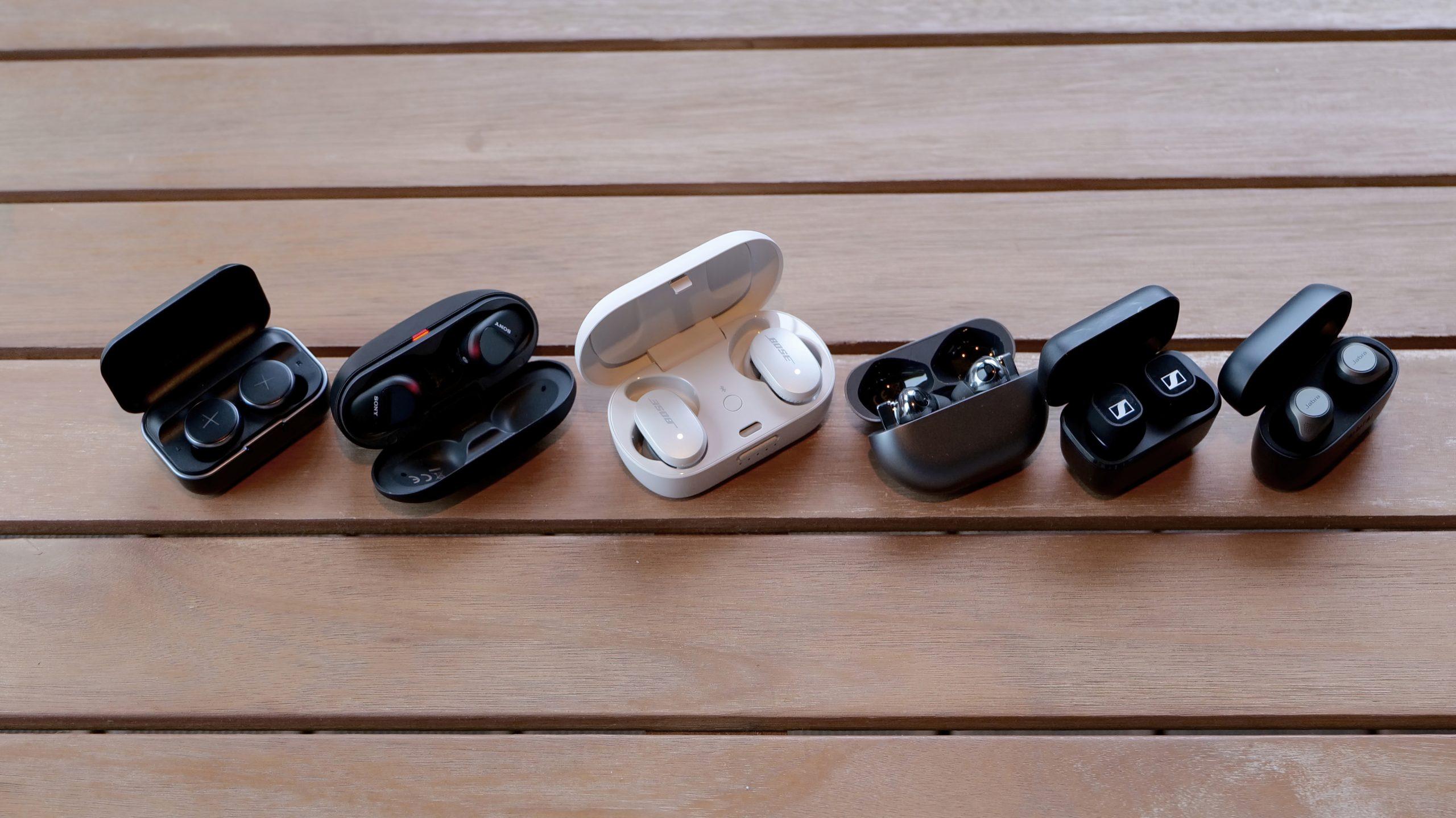 True wireless ørepropper. Fra venstre til høyre: X by Kygo Xellence, Sony WF-SP800N, Bose QuietComfort Earbuds, Huawei Freebuds Pro, Sennheiser CX 400BT, Jabra Elite 85t. Foto: Geir Gråbein Nordby