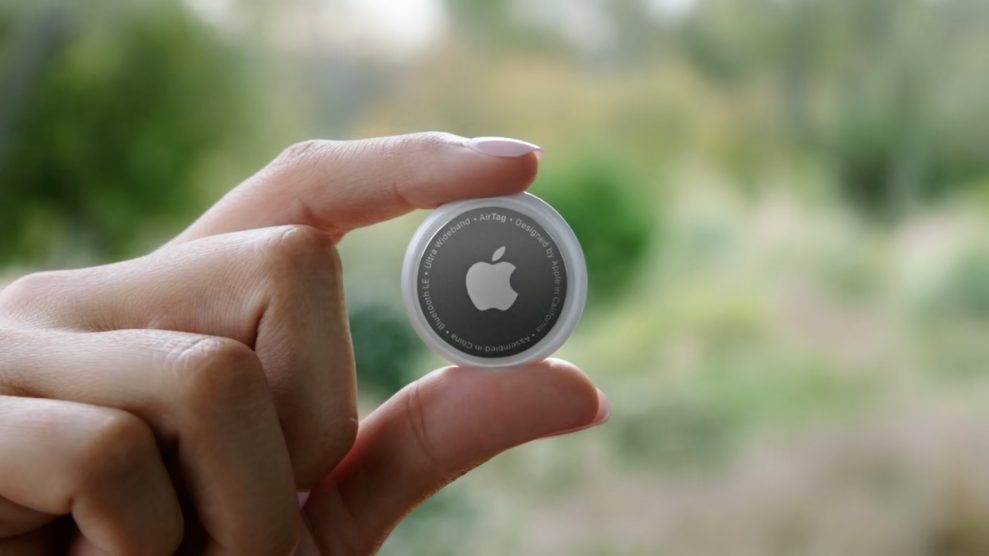 Apple AirTag hand