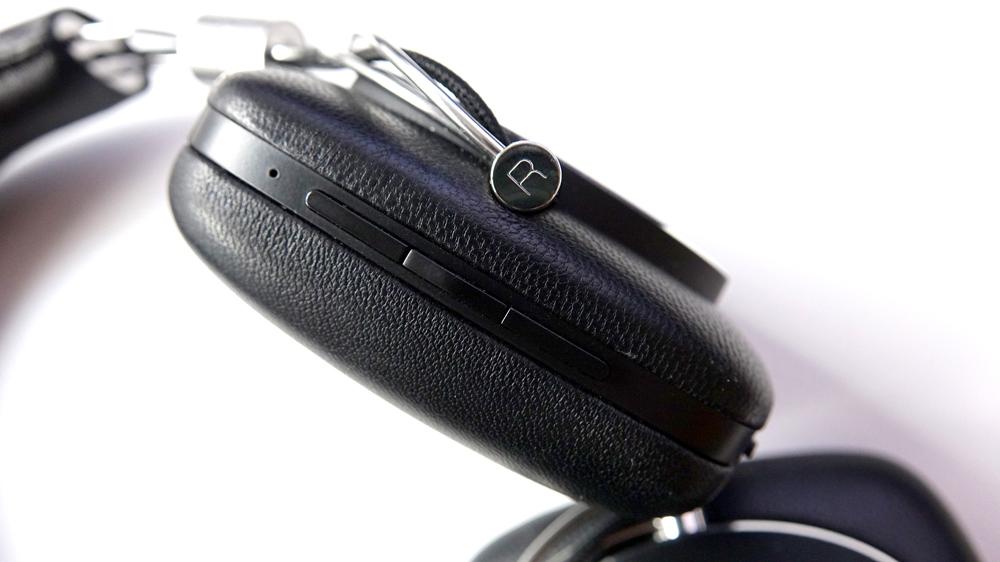 Alla styrknappar sitter på högra kåpan, inklusive volym, play/paus och Bluetooth-koppling.