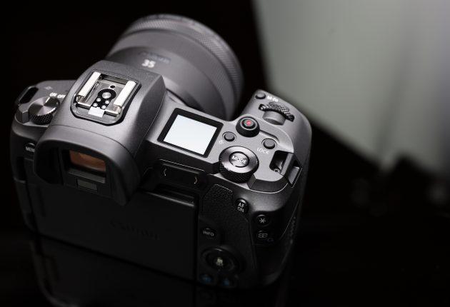 Tryck och vrid är som vanligt mantrat hos Canon. Lägg märke till den beröringskänsliga styrplattan framför statusskärmen.