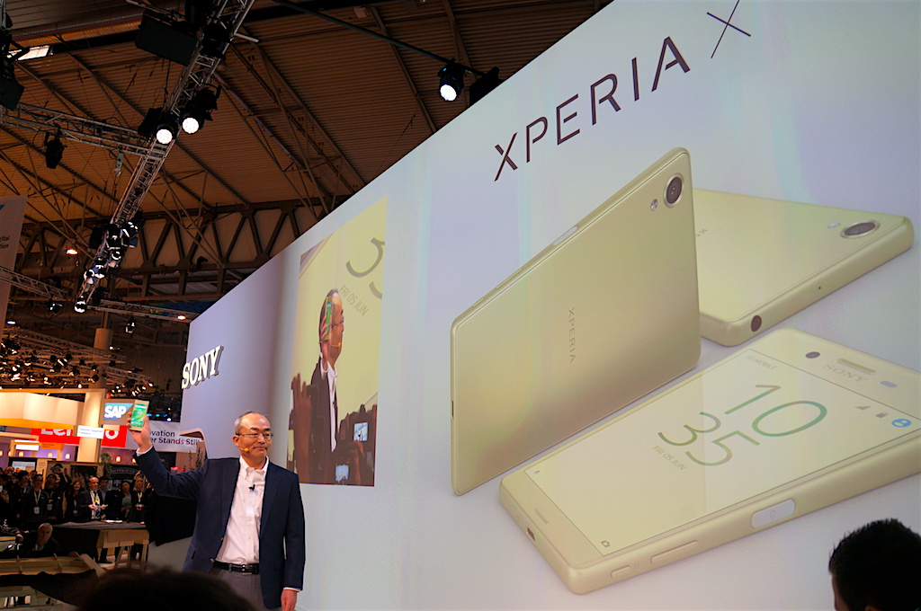 Hiroki Totoki, adm. direktör for Sony Mobile, presenterer Sony Xperia X på Mobile World Congress. Foto: Peter Gotschalk