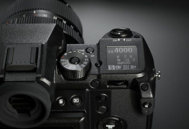 Påminner om en spegelreflex och är lika enkel att använda, men passar ändå bäst för erfarna fotografer.