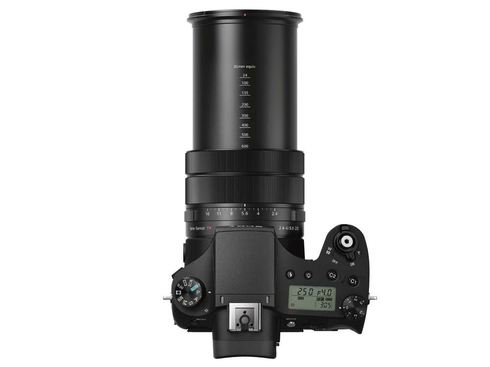 RX10 III är större och tyngre än den ser ut, mycket beroende på den kraftiga zoomen.  (Foto: Tillverkare)