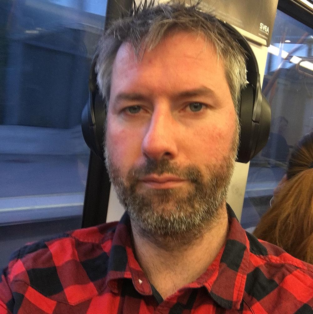 Vår recensent på en av sina sällsynta resor med tunnelbana. Foto: Geir Gråbein Nordby