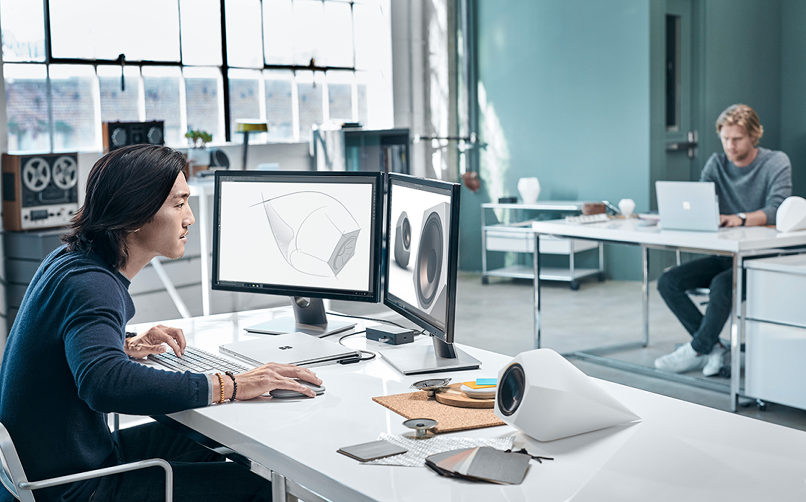 Microsoft satsar på kreativa branscher – där man lyssnar på rullbandspelare samtidigt som man arbetar i oergonomiska sittställningar. Foto: Microsoft
