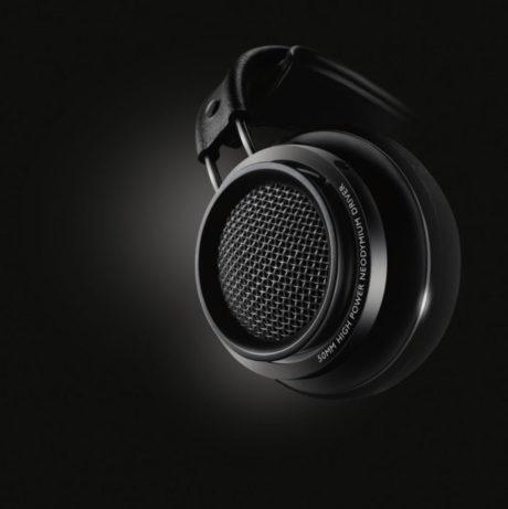 Fidelio X2HR har en iögonfallande dämpad design som är svart med svarta detaljer. Kåpor av plast, byglar av metall, huvudbygel av plast och öronkuddar av sammet. Foto: Philips