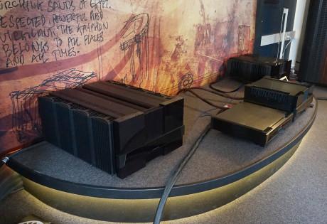 Gryphon Diablo 300 (längst fram till höger) är ingen liten förstärkare. Fast bredvid den enorma Mephisto ser det mesta ynkligt ut. Foto: John Alex Hvidlykke, Ljud & Bild