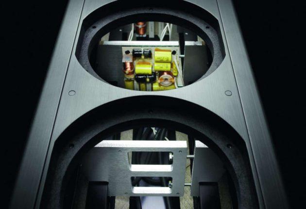 Inre dämpning med ett viskoelastiskt material och avstagning i form av uppspända metallförstärkningar.